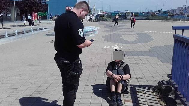 Narkoman v Mladé Boleslavi užíval drogu na veřejnosti.