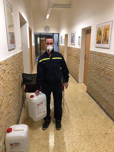 Mnichovohradišťští hasiči dezinfikují veřejné prostory