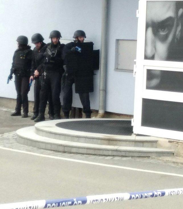 Naštěstí pouze nanečisto čelili mladoboleslavští policisté šílenému střelci, který řádil na fotbalovém stadionu.