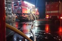 Speciální hasičský vůz z Boleslavi pomohl u vážného požáru.