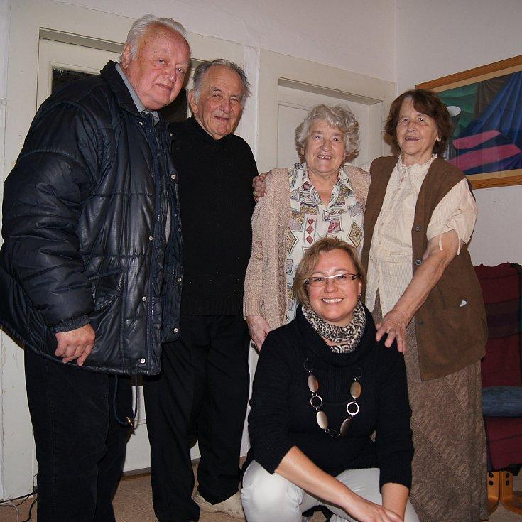 Erich Novák s přáteli Kocábovými, manželkou a dcerou Ivanou (vpředu).