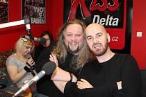 Dopoledne byl hostem ádia Kiss Delta také Igor Timko, frontman populární slovenské kapely No Name. S moderátory Jirkou Štěpánkem (na snímku) a Vojtou Sklenářem mluvil například o novém albu své kapely, plánech do budoucna nebo o respektu ke Karlu Gottovi.