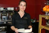 Krásná servírka je přidanou hodnotou nové kavárny.