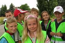 Děti ze Základní školy Brodce v reflexních vestách.