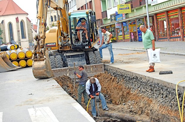 Stavba horkovodu v ulici 9. května stále pokračuje.