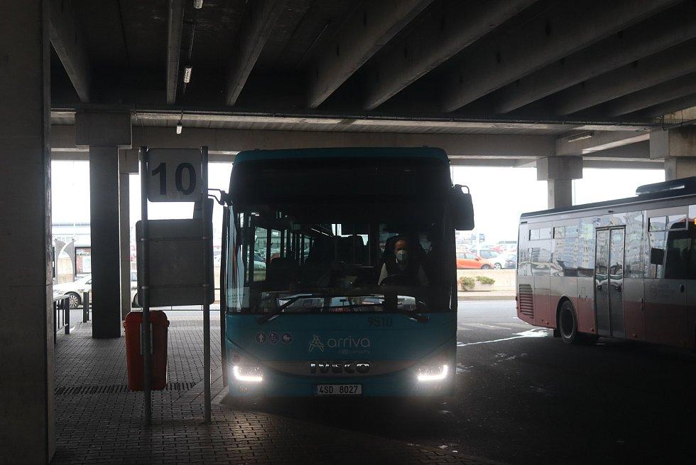 Řidič autobusu, který směrem na Prahu projíždí tři okresy. Od časného rána potkal dvě policejní hlídky.