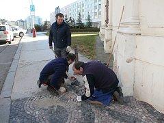 Pracovníci správy komunikací firmy Compag tak například opravovali poškozenou část dlažby u kostela svatého Jana Nepomuckého v Železné ulici.