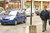 V Železné ulici přibyla auta. Zabránit by tomu měl zvažovaný zákaz vjezdu.