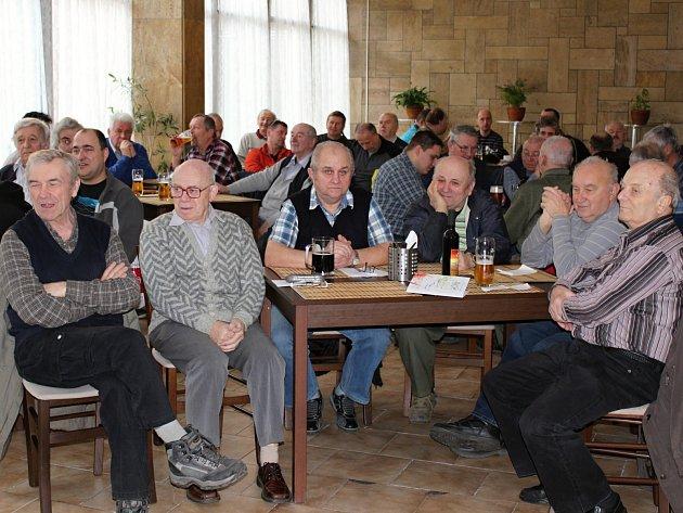 Výroční členské schůze boleslavských včelařů se zúčastnilo sedm desítek mužů i žen.