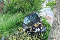 Řidič zemřel po srážce do stromu