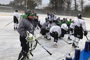 Brušlaři trénují pod širým nebem. Využili ledu v Dobříši.