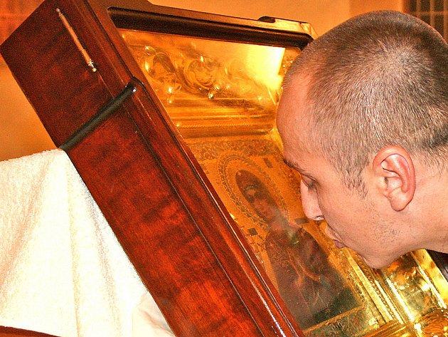 Obyvatelé Mladé Boleslavi vyslovili svá přání před obrazem plačící ikony.