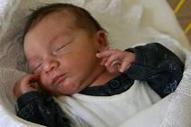 MAREČEK Peťo přibyl 1. května do rodiny Ally a Michala ze Sekerových Louček. Chlapeček měřil 51 cm, vážil 3, 44 kg. Doma čeká sestra Míša.