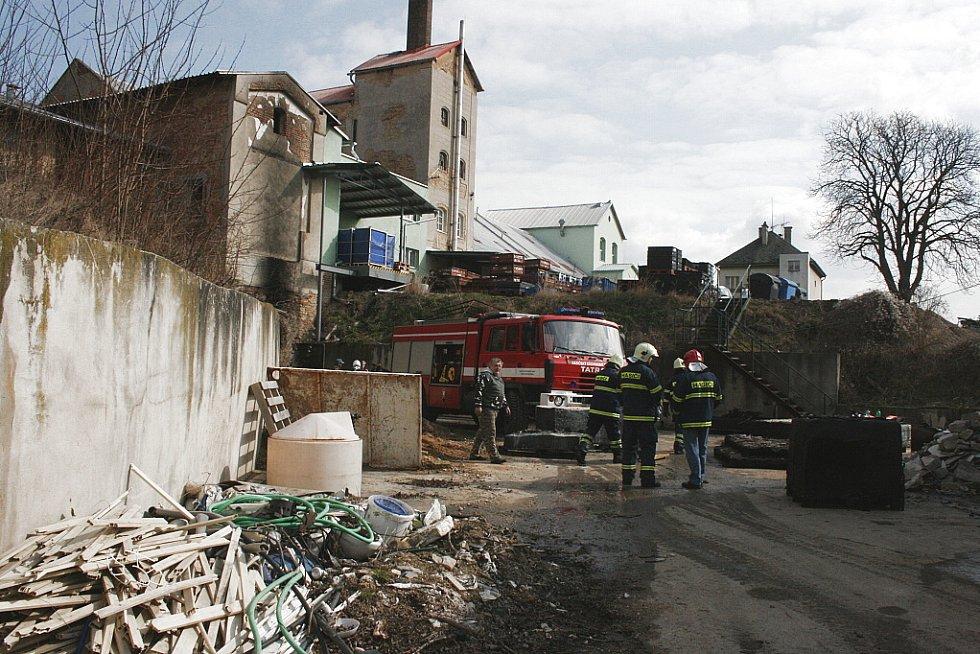 Hasiči zlikvidovali následky požáru ve firmě ve Vlkavě na Mladoboleslavsku.