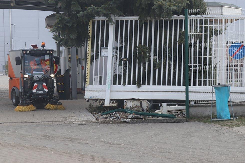 Plot u jedenácté brány Škoda Auto v Mladé Boleslavi je po nehodě značně poškozen.