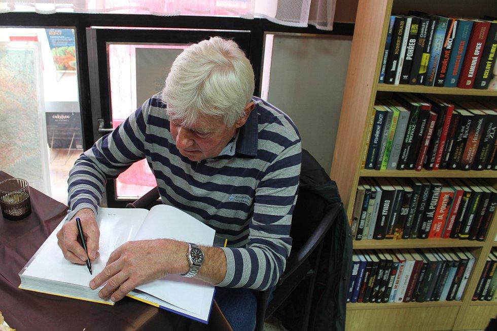 Autogramy slavných soutěžních jezdců si mohli zájemci o novou knihu našeho redaktora Dana Porazila s názvem Žlutomodrá rally nechat podepsat při autogramiádě v knihkupectví Moniky Pospíšilové.