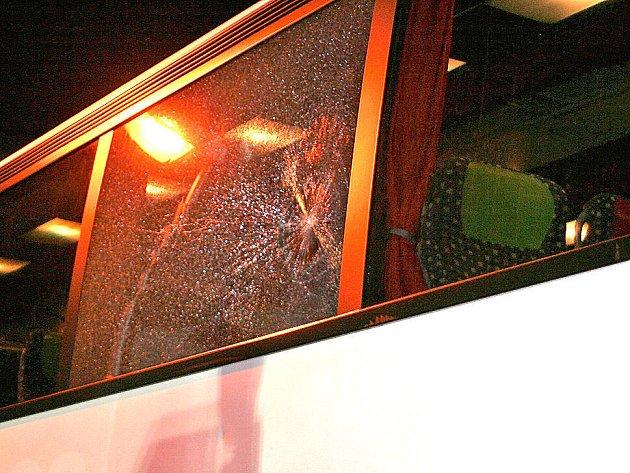 Takhle dopadl autobus teplických fanoušků po řádění neznámých útočníků. Ti na něj házeli kameny. Škoda na autobusu je 200 tisíc korun. Při incidentu naštěstí nikdo nebyl zraněn