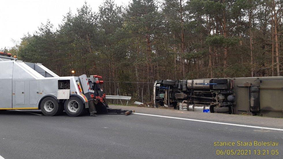 Vyprošťování havarovaného kamionu.