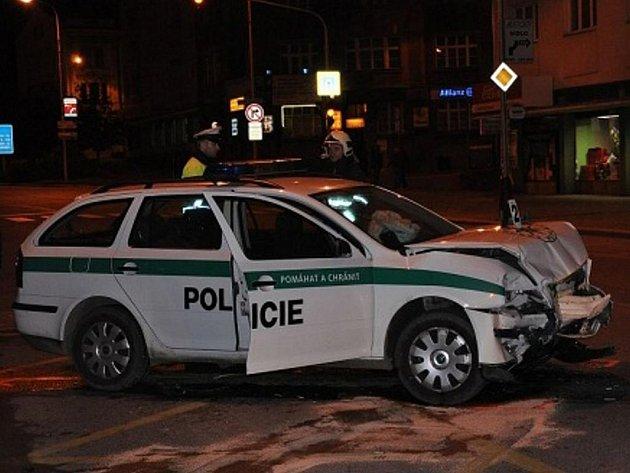 Noční honička policie a auta s polskou poznávací značkou skončila srážkou na křižovatce u Sportu.