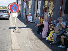 JIŽ ZA PÁR týdnů by měli cestující čekat na spoj na nové autobusové zastávce, jež bude umístěna na zbrusu novém chodníku ze zámkové dlažby. Dírám bude konec, zvýší se i obrubník.