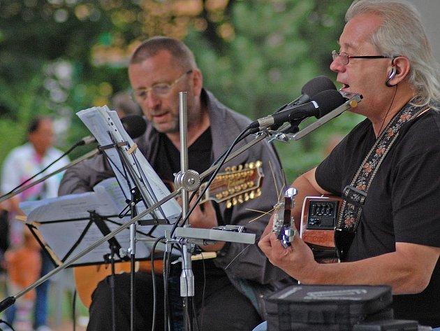 Promenádní koncert na náměstí v Bělé pod Bezdězem. Tentokráte vystoupila kapela Bradwa.