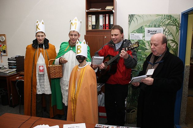 TŘÍKRALOVÁ sbírka dorazila i do redakce Boleslavského deníku. Zleva koledují: Pavel Bernát, Ondřej Kolín, Jiří Eozměr, Radek Vašínek a farář Jósef Szeliga.
