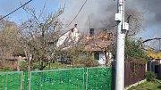 Na Mladoboleslavsku zachvátil požár roubený rodinný dům i přilehlé hospodářské stavení