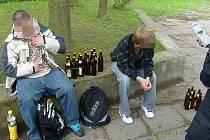 Dva mladíci popíjeli alkohol na místě zakázaném vyhláškou u náměstí Míru v Mladé Boleslavi.