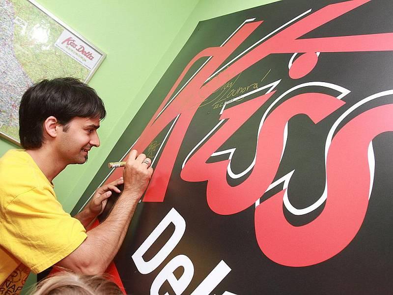 Radek Banga z Gipsy.cz se podepisuje na logo ve studiu rádia Kiss Delta.