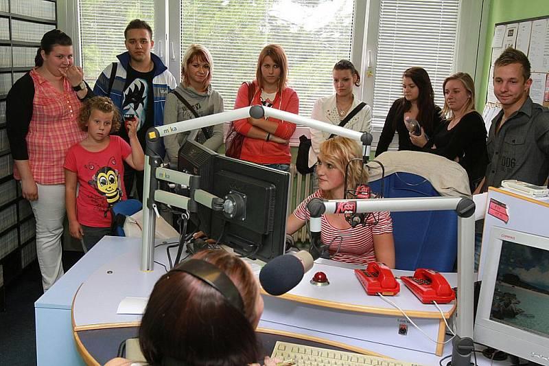 Posluchači rádia Kiss Delta při dni otevřených dveří pozorují rozhovor Emy Klementové se zpěvačkou Olgou Lounovou.