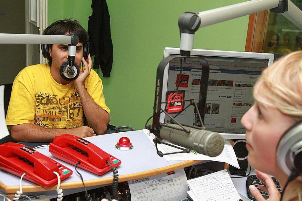 Radek Banga z kapely Gipsy.cz ve studiu rádia Kiss Delta.