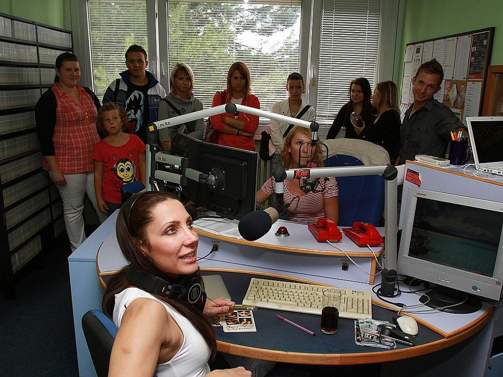 Olga Lounová na dni otevřených dveří rádia Kiss Delta ve studiu s posluchači.