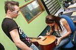Olga Lounová na dni otevřených dveří rádia Kiss Delta uštědřila podpis na kytaru moderátorovi Honzovi Holečkovi.