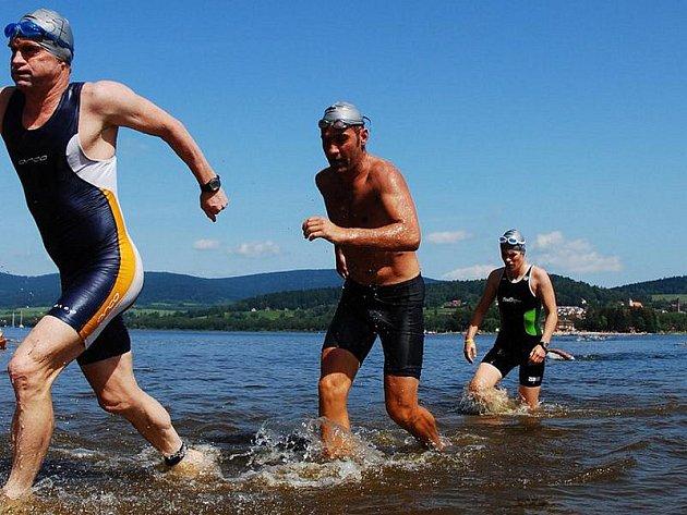 Polední vedro, obloha bez mráčku a necelý kilometr přes hladinu Lipenského jezera  se v horkém vzduchu chvěla bílá cestička v pásu rákosí. Cíl první disciplíny triatlonu s názvem Dreiländer Cross Triathlon.