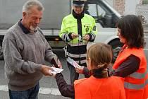 Dopravní policejní akce v Mnichově Hradišti. Kdo jel podle pravidel, dostal od dětí dárek