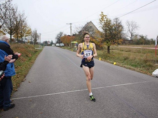 Mladoboleslavský běžec Sebastián Vošvrda v cíli patnáctikilometrové trati vedoucí po silnici z Hruštice u Turnova k Malé Skále a zpět.