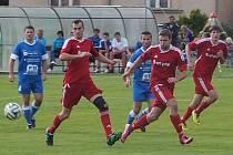 Hrajícího kouče Řepína Ladislava Wernera (vlevo v červeném) dělí zlomek vteřiny od úvodního gólu. Hráči Sokola Kněžmost ale výsledek otočili.