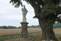 Pěšiny u Mnichova Hradiště se sochou svatého Vojtěcha