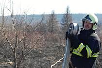Požár trávy v Mladé Boleslavi, příměstské části Maroko.