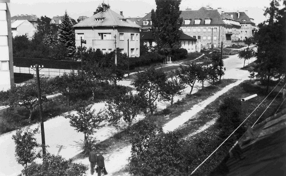 Vila zubního lékaře B. Věka. Za ní je vidět továrna Sylvia, kde se vyráběl školní nábytek. Rok 1944.