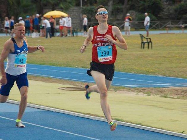 Vojtěch Koudelka finišuje pro zlato v závodě na 800 metrů.
