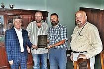 Na gorodskou radnici dovezli pamětní desku Viktor Čížek a Zdeděk Víšek. Přijal ji starosta Mykola Savka.