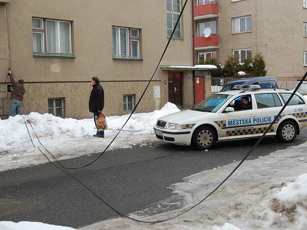 Kvůli spadlým kabelům museli strážníci silnici uzavřít.