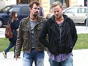 Z natáčení seriálu Ohnivý kuře. Na snímku hlavní hrdinové Jan Dolanský (Burák) a Jakub Prachař (Mike).