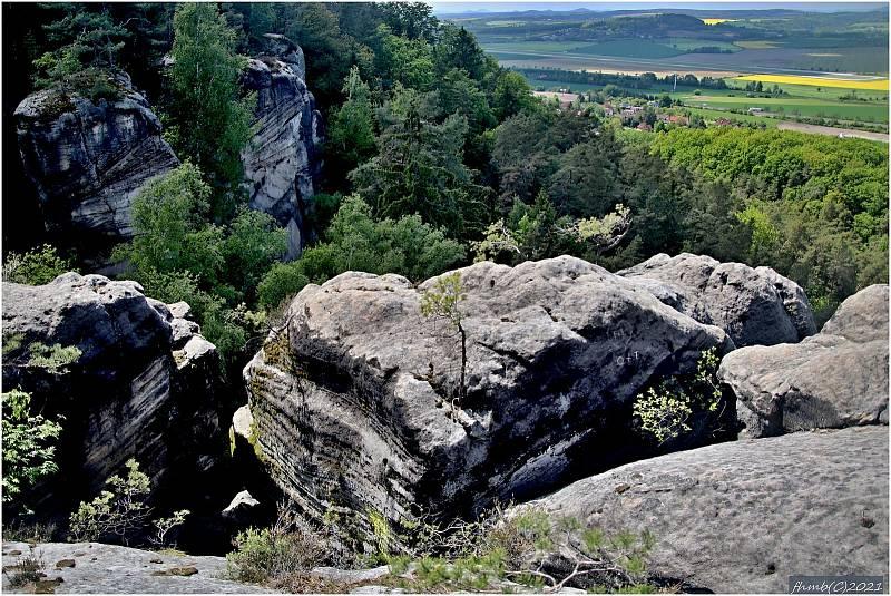 Stezka vede po vršku pískovcových skal