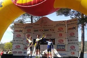 Stupně vítězů a kategorie do 18 let, kterou ovládl Josef Hladík. Ten se stal i absolutním vítězem.