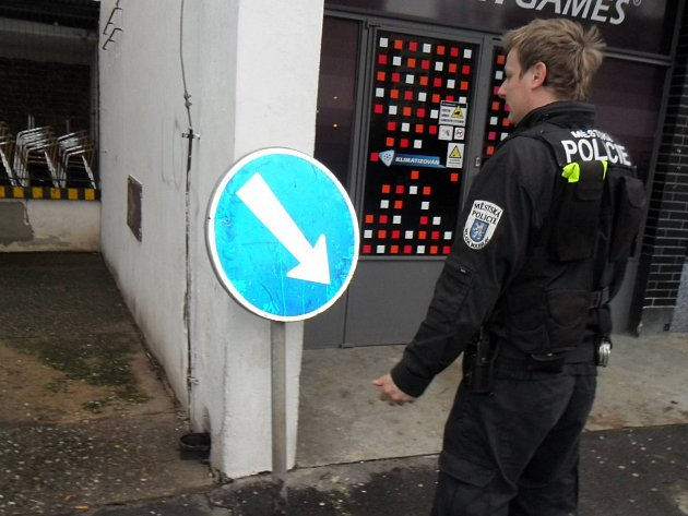 Strážníci vrátili značku na své místo