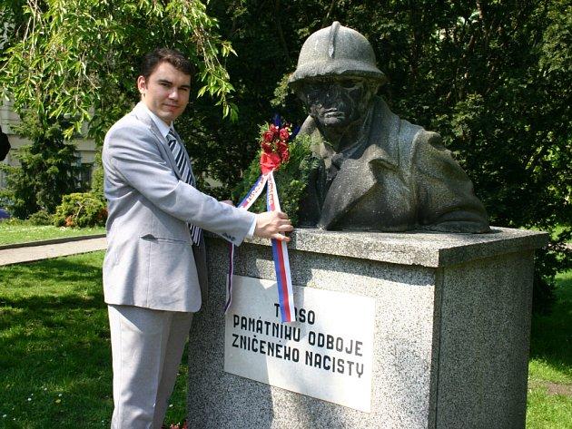 Šéf místní Národní strany Leoš Vacek pokládá věnec k památníku.