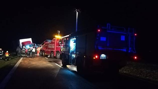 Na Mladoboleslavsku v úterý večer havarovaly dva nákladní a jeden osobní automobil.