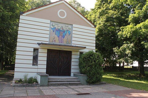 Hřbitov v místní části Čejetice, který chce magistrát rozšířit.